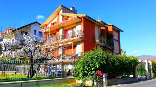 VILLA BIFAMILIARE A PINELAND (due abitazioni, due box, cantina e giardino)
